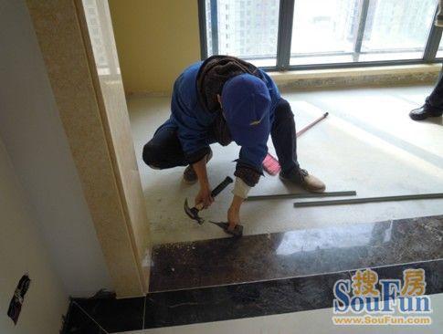 安装工在铲除突起石块