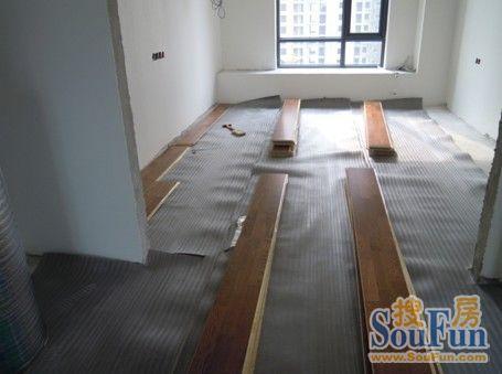 安装工在摆好地板